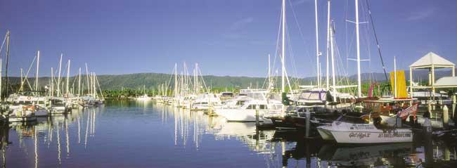 ケアンズの港。家を持たずヨットに住んでる人もいます